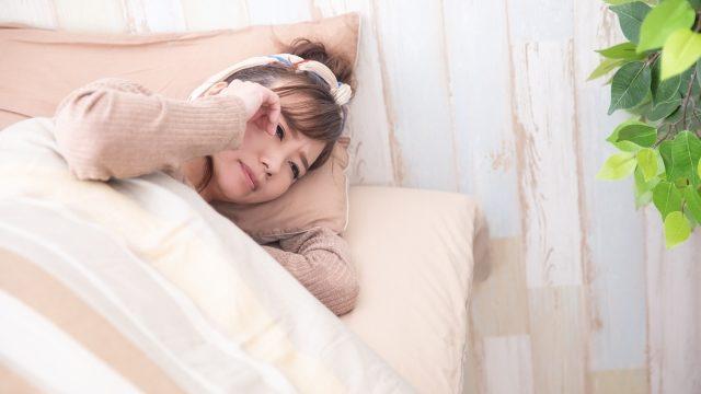 寝ても疲れが取れない女性