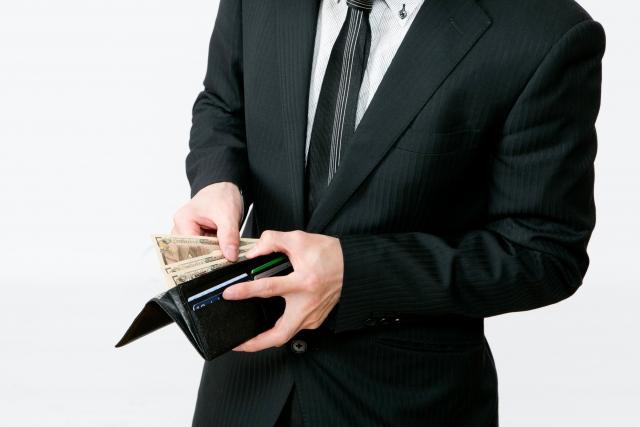 お財布からお金を支払う男性