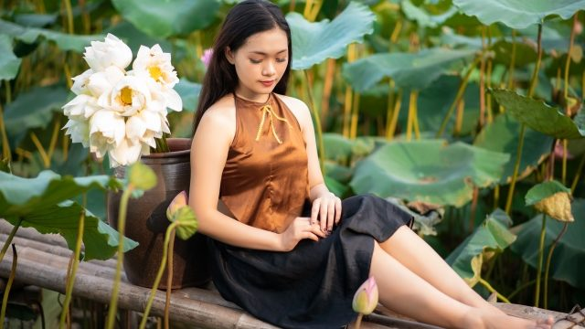 蓮の花園の女性