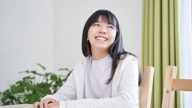 穏やかに笑う女性