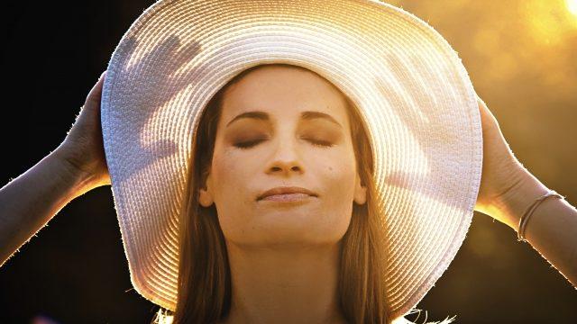 帽子を被る女性