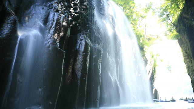 涼しさを醸し出す滝