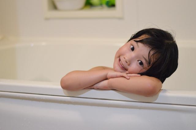 大好きなお風呂でくつろぐ子供