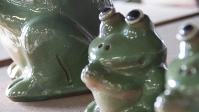 縁起物のカエルの置物